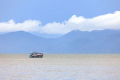 孤独渔船航行在海 库存图片