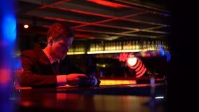 孤独的人乏味在酒吧柜台,浏览社会媒介,缺乏通信 股票视频