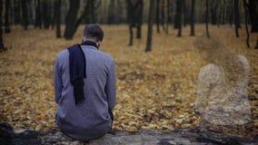 孤独的人回来到日期地方的,缺掉女朋友,损失心爱 免版税库存图片