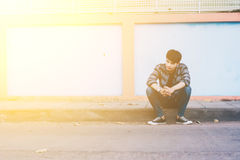 孤独的人坐街道 库存图片