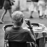 孤独的人有早餐老人在街道咖啡馆 库存图片