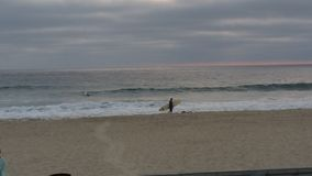 孤独的冲浪者 库存图片