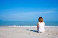 孤独的坐的妇女 免版税库存照片
