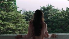 孤独的女孩在上面站立反对一个具球果森林 影视素材