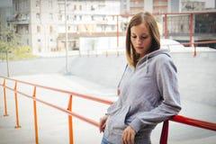 孤独的女孩在城市 库存图片
