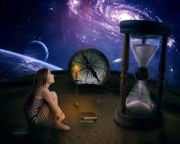 孤独的女孩在查寻在满天星斗的天空的沙漠中部 免版税库存照片