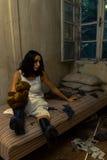 孤独的女孩在蠕动的屋子里 免版税库存照片
