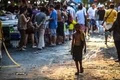 孤独的孩子在鱼市上 图库摄影
