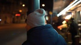 孤独的年轻人在夜城市附近走 影视素材