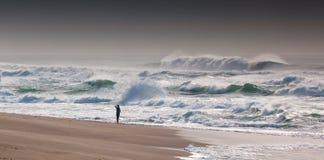 孤独的波浪看守人 免版税库存图片