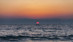 孤独的渔夫在小船站立 免版税库存图片