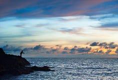 孤独的渔夫,剪影 免版税库存照片