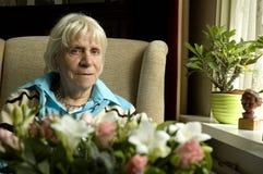 孤独的看起来的外部寡妇 免版税图库摄影