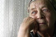 孤独的老沉思哀伤的高级妇女 库存图片