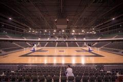 孤独的观众在体育馆里 免版税库存照片