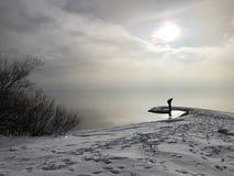 孤独的远足者,湖边缘的  库存图片
