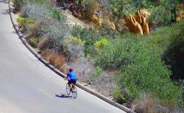 孤独的骑自行车者 免版税库存图片