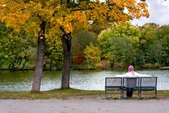 孤独长凳的女性 免版税库存照片
