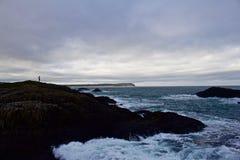 孤立人俯视从上面小山的海洋与下面动荡海 免版税库存图片