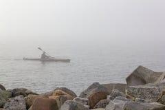孤立划独木舟的人 图库摄影