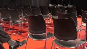 孤立听众在观众席大厅里 股票录像