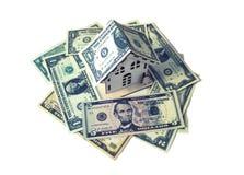 孤立在美元现金堆特写镜头的房子模型 免版税库存图片