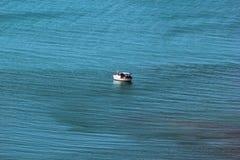 孤立小船在海 免版税库存照片