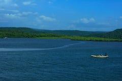 孤立小船在蓝色海运 免版税图库摄影