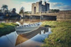 孤立小船漂泊在Bunratty 库存照片