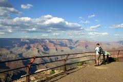孤立峡谷全部的远足者 免版税库存图片