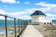 孤立房子和路在海湾 免版税库存图片