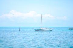 孤立的小船 免版税图库摄影