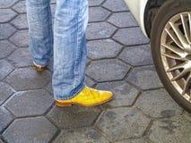 孤立穿上鞋子空白黄色 免版税库存图片