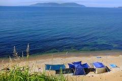 孤立野营在小岛Putyatin的沙漠海滩 库存照片