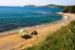 孤立野营在小岛Putyatin的沙漠海滩 免版税库存图片