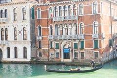 孤立长平底船在大运河的威尼斯 免版税图库摄影