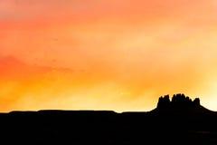 孤立mesa在日落期间的犹他沙漠 免版税图库摄影