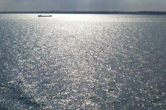 孤零零小船的海洋 免版税图库摄影