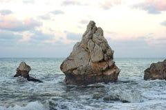 孤零零岩石在风大浪急的海面 库存照片