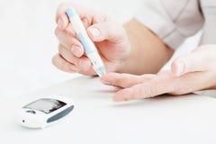 医学、糖尿病、glycemia、医疗保健和人概念 免版税库存图片