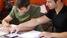 学习与小配件的年轻学生 股票视频