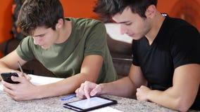 学习与小配件的年轻学生 影视素材
