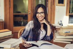 学习与很多书的女学生 免版税图库摄影