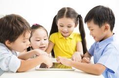 学习与片剂的学校孩子 免版税库存图片