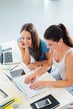学习与膝上型计算机的青少年的女孩 免版税库存照片