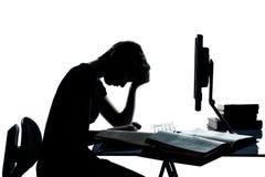 学习与计算机的一个少年剪影 免版税图库摄影