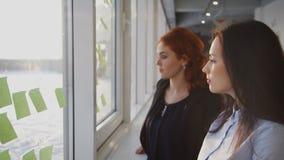 学习与重要信息的两名妇女贴纸户内 股票录像