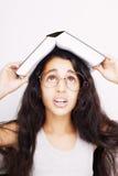 学习与镜片和书的女孩在头在w 免版税库存照片
