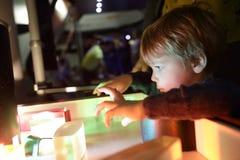学习光的折射的男孩 免版税库存图片
