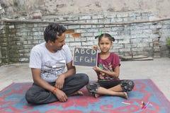 学习初级教育的女孩在开放学校 图库摄影